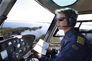 Genom koordinater vet piloten Jonas Grinde på Jämtlandflyg exakt var i sjön han ska släppa ut sina resenärer.