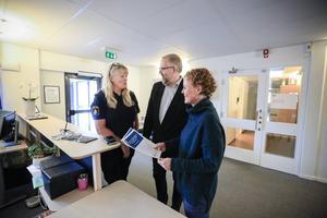 Åre kommun är först ut med medborgarlöften tillsammans med polisen. Här ser vi Eva Helin, polischef, Peter Bergman (S) och Malin Bergqvist som är folkhälsosamordnare.