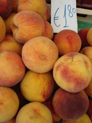 Färska persikor på marknaden.