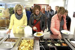 Naturbeteskött. Maria Larsson, landshövding, Wendla Thorstensson, ks- ordförande i Lekeberg och Inger Trodell Dahl, Askersunds kommun äter dagens lunch i Hidinge skola.