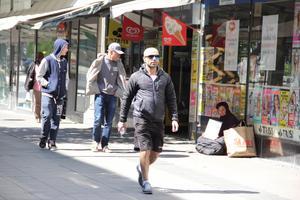 På livets skuggsida. Solen sken, men i skuggan längs Stora gatan satt flera tiggare, som en påminnelse om den nöd som finns i vardagen.