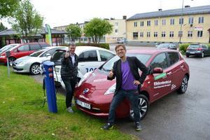 Kommunalrådet Sven Åke Draxtén och Gröna bilisters Mattias Goldmann var laddade för att köra elbilsrally.