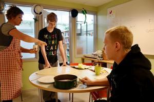 I köket bakas det för fullt. Alexander Olsson bakar bullar och Oscar Andersson väntar på att plocka kladdkakan ur formen. Läraren Towa Lönnström instruerar.