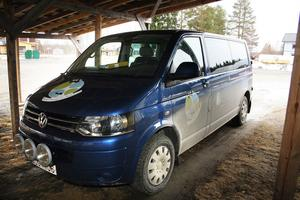Kölsillreborna har en niositsig fyrhjulsdriven minibuss som de disponerar fritt. Minibussen kan bokas på nätet eller på Byboa.
