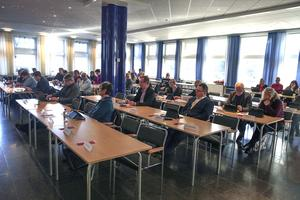 Ovanligt många stolar, 8 av 45, stod tomma när kommunfullmäktige i Ludvika sammanträdde om budgeten för 2018. Kanske var det en anledning till att debatten om