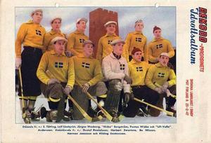 "Bandylandslaget 1947. Stående: Einar Tätting, Leif Lindquist, Jörgen Wasberg, Nicke Bergström, Pontus Widén och ""Lille-Valle"" Andersson. Knästående: Gustaf Danielsson, Herbert Swartsve, Bosse Nilsson, Herman Jonasson och Hilding Gustavsson."