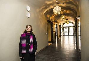 Skådespelaren Gisela Nilsson i den nu inbyggda gången mellan Köpmangatan och innergården.