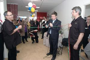 Ovanåkers kommunalråd Hans Jonsson (C) förklarade den nya hälsocentralen i Alfta invigd och klippte bandet. Läkaren Ali Ghaffari och ortopeden Mats Hamberg var bandhållare.