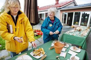 Östersunds mykologiska förening arbetar för ett ökat svampintresse och kunskapsnivå om svampsorter och svampars roll i naturen. De anordnar utflykter, svamputställningar och inventeringar i samarbete med andra aktörer. På bilden Karin Kellström och Gunvor Linström, ledamot.
