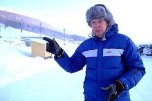 Det var här allt började, säger Per Mittjas, och påminner om att det 1940 fanns 400 meter nedfart i Åre, att jämföra med dagens 10 mil. Bakom honom syns den lilla dalstationen, som i dag ägs av Skistar och används som teknikhus.Foto: Elisabet Rydell-Janson