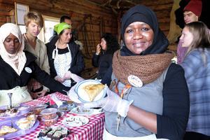"""Leila Said från Somalia och Torvalla startade för två månader sedan matlagningsgruppen """"Utländska Grytans Mat"""", på flyktinglägret i grytan. Hon hade själv gjort somaliska """"sambusa"""" till Skördefesten."""
