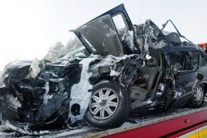 En person avled efter krock mellan personbil och lastbil på riksväg 87.