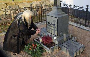 Helena Hagberg lägger en krans och tänder ljus på Crantz familjegrav