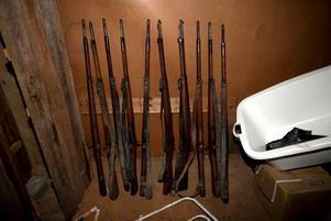 Vapenfynd. I samband med operationen i Hälsingland fann polisen i Ljusne 36 kilo sprängmedel och vapen från 1930-talet, stulna från Furuviksparkens kustförsvarsmuseum 2006.