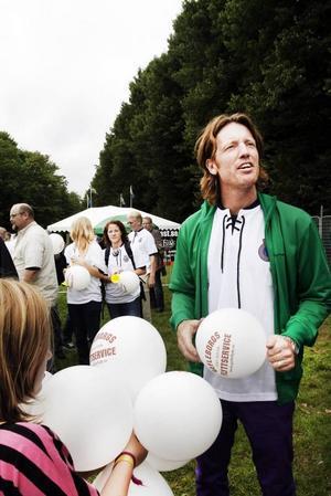 Swahn uppträdde. Artisten Fredrik Swahn uppträdde under Fotbollsfesten.