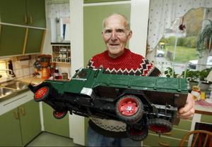 Den gamla lastbilen var en av de första modeller som Göte byggde. Den låg länge i ett förråd på gården innan Göte tog in den.