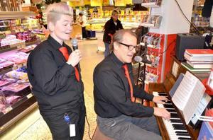 Gunilla Nord var även med på förra julskivan som butikens personal spelade in. På den nya skivan sjunger hon solo på låten