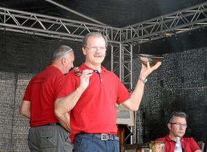 Under klubban. Eric Lind på Askersunds auktionskammare höll i klubban på antikmarknadens auktion. Här säljs en skål från Hammars glasbruk.