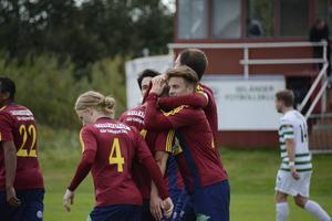 Oliver Widahl gratuleras efter att ha pangat dit 2–0 på Morön.