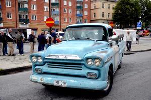 Störst går först? En av alla uppseendeväckande bilar lämnar Stortorget för deltagande i Rallarsvängen.