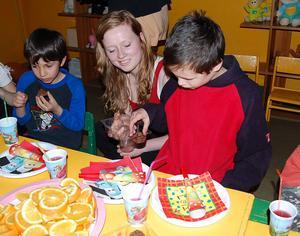 Under en biståndsresa var Natalie Hällberg Martinsson med och anordnade ett kalas för barnen på en internatskola i Gauijena.