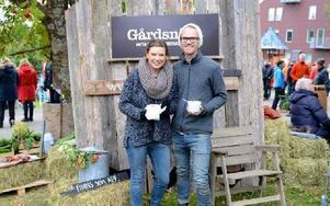 Lisa Jungell driver söktjänsten Gårdsnära tillsammans med sambon och webbutvecklaren Erik Östling samt designern Mårten Sparrman (ej med på bilden som är från deras deltagande i Åre höstmarknad i helgen). Foto: