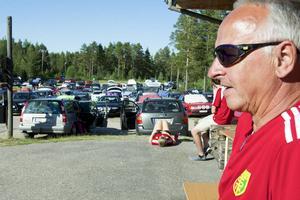 Ingvar Karlgren höll koll på alla bilar som skulle parkera och sedan slussa ut.