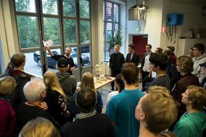 Verkstadsansvarige Jan Lövgren visade stolt upp maskinparkens möjligheter i det stora fullskalelabbet i Industridesignavdelningens huskällare.