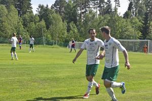 Gottnes två första målskyttar, Emir Ragipovic och Jimmy Eriksson gratulerar varandra.