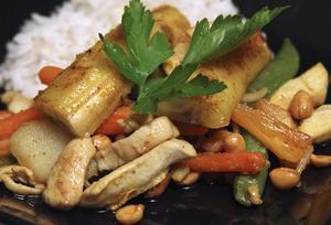 Kycklingwok med jordnötter och stekta bananer är perfekt fredagsmat. Gott, lätt- och snabblagat.Foto: Dan Strandqvist
