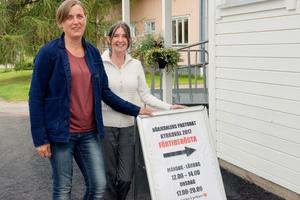 Maria Häggkvist och Eva Moén arbetar med kyrkovalet.
