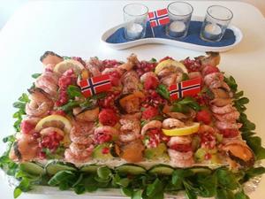Annas smörgås tårta har gjort succé när vännerna samlats  på Syttende maj för att sedan gå ut på Oslos gator och framför allt Karl Johann.