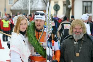 Engelbrektsloppets vinnare Jimmie Johnsson togs emot av kranskullan Alexandra Sömskar och Engelbrekt himself.