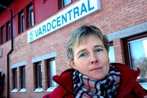 """GÅR BRA. Eva Hammarin tycker att vaccinationen i Älvkarleby kommun flyter på bra – trots köer och brist på vaccin. """"Folk kan vara lugna, alla får sin spruta,"""" säger Eva Hammarin."""