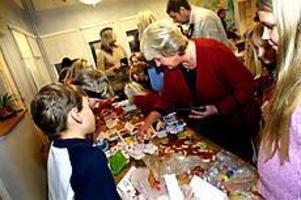 Foto: NICK BLACKMON Öppet hus. Det var trångt kring borden på Ulvsäterskolan när barnen visade och sålde det de gjort.