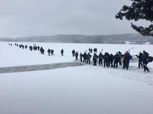 Idreryckets 110 deltagare ger sig ut på isen för att locka upp fisken ur Idresjön.