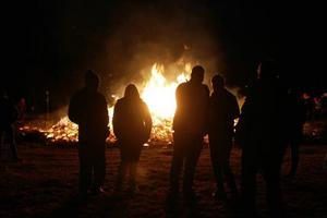 En rejäl majbrasa i Sveg brann långt in i kvällsmörkret.