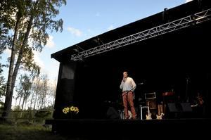 Både och. Beatpoeten Lasse Fabel fungerade både som artist och konferencier vid Soul to Remember-festivalen vid Rönne kapell. Hans tänkvärda poesi beredde väg för artisterna denna ljuva sensommarkväll.Foto: Göran Kempe