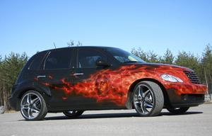 Eldflammor går aldrig ur tiden. Den här stilen kallas True Fire, realistisk eld. Bilen? En Chrysler PT Cruiser.