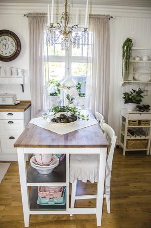 Praktisk köksö med plats för både förvaring och häng.