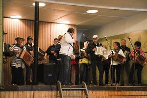 Olika konstellationer av spelemän samlades på scenen under dagen för att riva av några låtar.