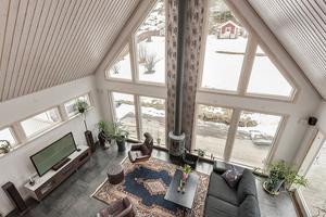 Från ovanvåningen ser man ner till vardagsrummet.