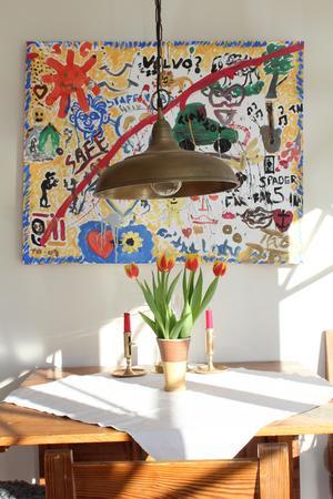 Under Cecilias och Staffans 60-årsfirande fick gästerna göra en gemensam målning. Den fantasifulla tavlan har fått en hedersplats i den inglasade verandan.