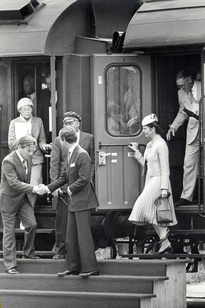 Drottning Silvia och kung Carl XVI Gustaf anlände Sundsvall med tåg i juni 1985.