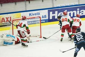 Karlskoga gör ett av sina mål i fredagskvällens match mot Mora som slutade med hemmaseger.