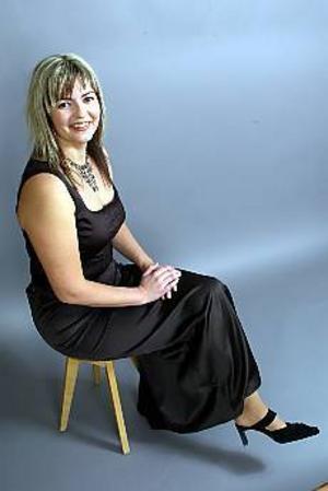 Foto: LASSE HALVARSSON Förvandlingen. I februari 2001 vägde Madelene Hansson in sig och redan efter en vecka kunde hon glatt konstatera att det börjat ge resultat. I dag har hon blivit av med drygt tjugo kilo till. Och då passar det bra att bli ordentligt stylad inför nyårsaftonen.
