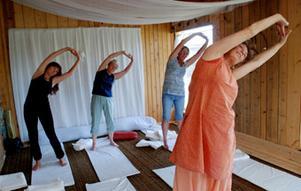 Några nyfikna hittade till Boda när Daniela Galway höll i yoga-klasser under tisdagen. Foto: Lina Svalbro