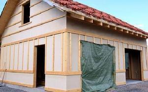 Många hus står utan dörrar och fönster. Då är det lätt för tjuvarna att ta byggmaterial. FOTO: JOHNNY FREDBORG
