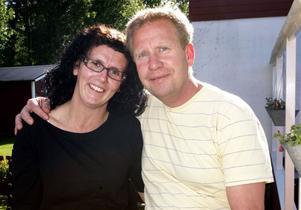 De har varit gifta i 16 år. I dag förnyar Anna och Peter Hedberg sina äktenskapslöften i Böna kapell. Efteråt blir det fest för släkt och vänner
