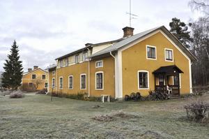 Hyresvärden Aros Energideklarationer AB vill kasta ut fyra hyresgäster ur de här slitna husen i Tobo och göra asylboende i en del av husen.Arbetarbladet 20 november.